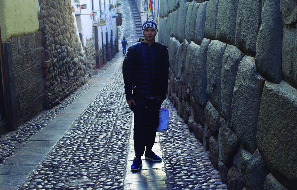 Josué Cover en la piedra de los doce ángulos, Cusco, Perú