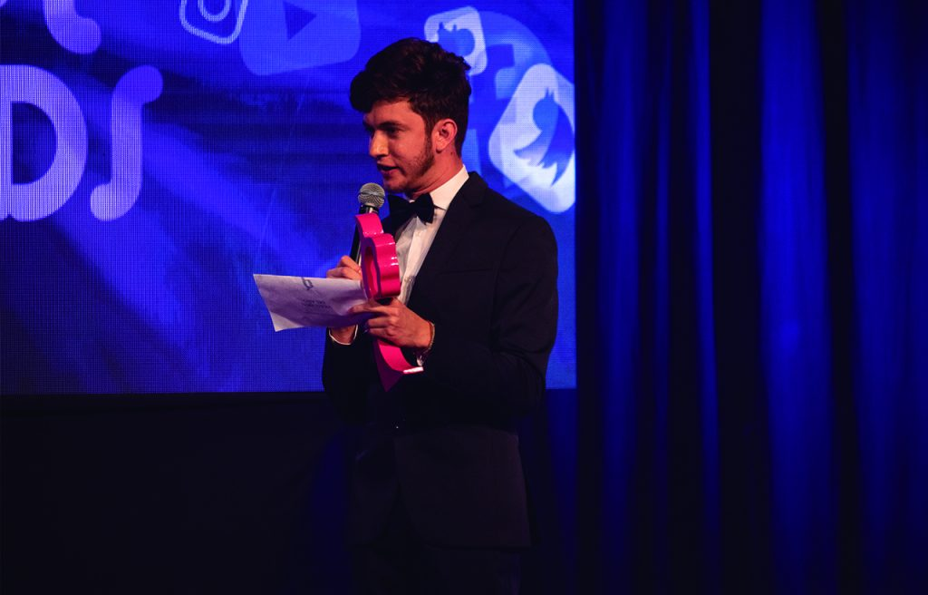 Josué Cover presentando el personaje Viral Media Awards 2019